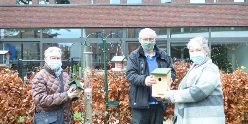 Natuurpunt schenkt een vogelvoederpakket aan woonzorgcentrum Sint Vincentius